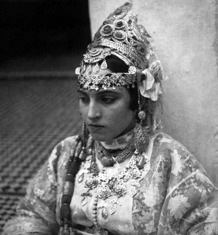 Africa | Parure de bijoux d'or d'une citadine arabe de Fès. Maroc. ca. 1939 | ©Jean Besancenot
