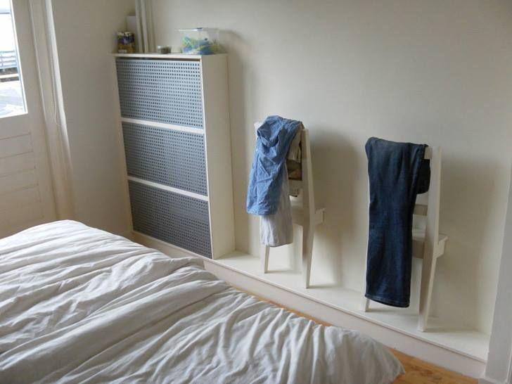 Aus Ikea-Stühlen kann man super Kleiderablagen fürs Schlafzimmer machen