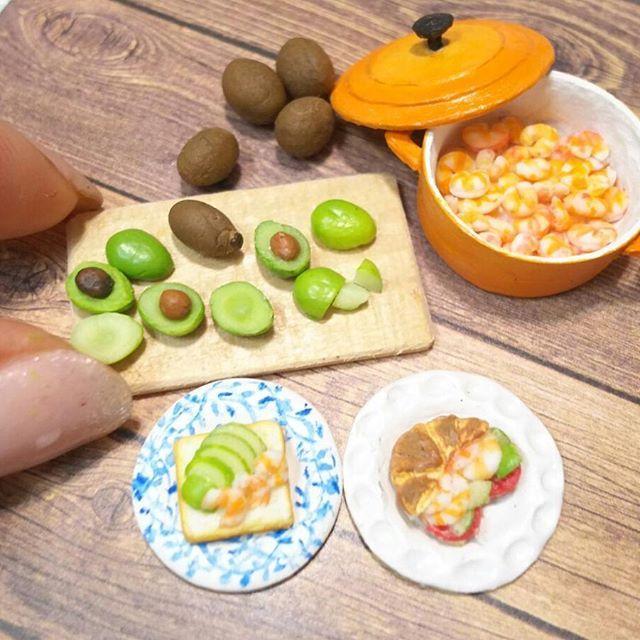 今日#エビ を #たっぷり#茹で ました  #アボカド#えび#海老#オープンサンド#クロワッサン#ルクルーゼ#カッティングボード #ミニチュア#ミニチュアフード#樹脂粘土#食品サンプル #miniature #avocado#aguacate#shrimp#polymerclay#cuttingboard#sandwich#crevette#gamberetto#garnele#garnalen#camarão#carins#креветка#γαρίδα#katkarapu