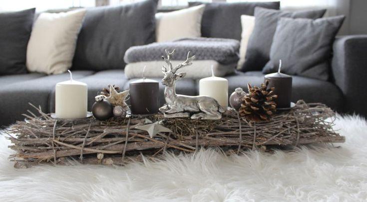 AW113 Adventsdeko aus Holzstäben, dekoriert mit einem Hirsch, Kugeln, Sternen und natürlichen Materialien! Preis 44,90€ Breite 60cm Aufpreis Kerzen 8,00€