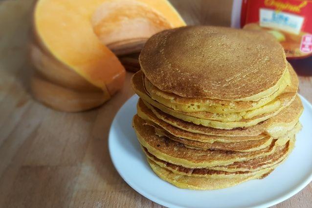 I pancakes alla zucca possono essere anche salati e rientrano, a pieno titolo, tra le ricette di Halloween più cucinate nel giorno della festa più mostruosa dell'anno. Serviteli accompagnati a formaggio fresco spalmabile o a salumi come speck