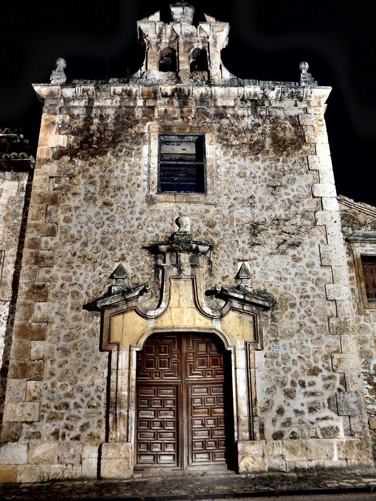 Portada de la Capilla de Montserrat del Palacio de los Lopez-Cogolludo , de noche. 6/2016