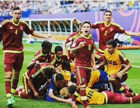 El fútbol bendito fútbol que en los últimos tiempos se ha empeñado en regalarnos alegrías en estas horas bajas que vivimos los #Venezolanos hoy la @vinotintosub20 nos hizo perder el sueño por un rato y amanecer con una sonrisa con la convicción de que se puede que como estos chamos el país está para grandes cosas!  BUENOS DÍAS VENEZUELA