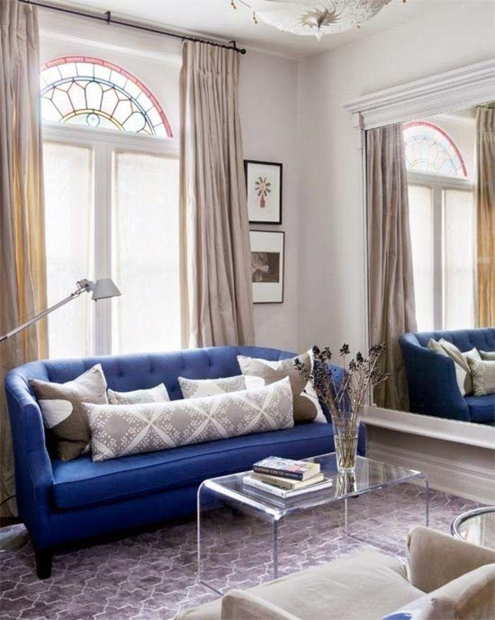 В небольшую гостиную необходимо добавлять предметы, которые заставляют ваш взгляд тянуться вверх от мебели. Напольные светильники, большие вазы с высокими ветками, вертикальные картины, зеркала во весь рост, шторы, расположенные выше уровня окон, - все это создаст иллюзию высоких потолков