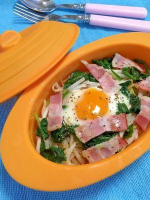 「レンジで簡単!もやしとほうれん草の★巣ごもり卵」シリコンスチーマーで簡単調理。ヘルシーなもやしと、ほうれん草を入れました。ベーコンを入れる事で、調味料を減らす事が出来ます。忙しい朝食に、ぴったりレシピです。【楽天レシピ】