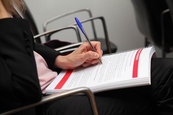 Los posibles inversores tomaban notas de los proyectos expuestos.
