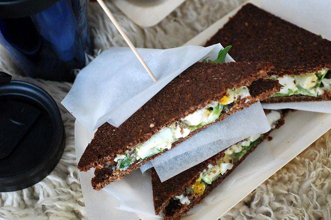 Utflyktsmacka med ägg och kaprisröra. En utflyktsmacka på extra grovt rågbröd med en fyllning gjord på bland annat ägg och kapris. Slå in i papper och packa ner i ryggsäcken tillsammans med en termos kaffe, te eller varm choklad