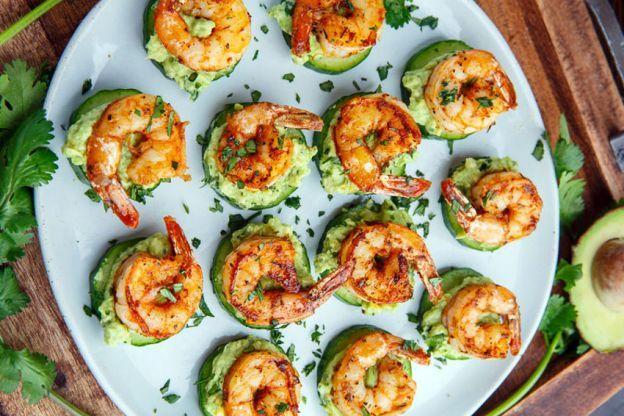 Recette facile de bouchées de crevettes sur un lit de concombre!