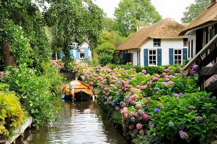 """Situé aux Pays-Bas, Giethoorn est un magnifique petit village encerclé par les eaux. Dans ces lieux, les habitants doivent utiliser des barques pour se déplacer et c'est cette particularité qui fait tout son charme. Surnommé la """"Venise du Nord"""", cet en..."""