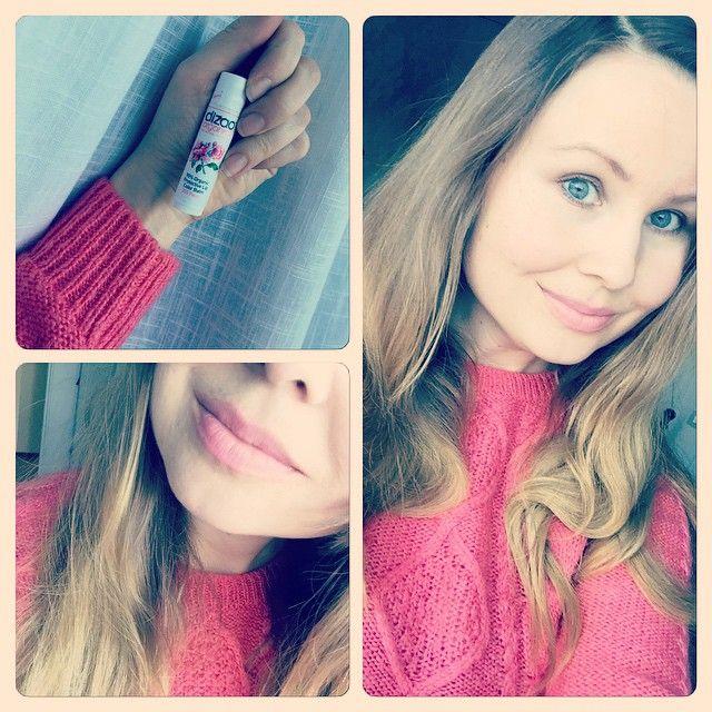 I dag har jag matchat tröjan med ekologiskt läppbalsam från Dizao Organics. Nyansen heter Peony och finns hos @softskin_se #dizaoorganics #dizao #softskin #organic #peony #ecofashion #ecochic #ecofashionista #blogg #bloggse #bloggstil #makeup #lips #ekologisk #hudvård #style #giftfritt #miljövänligt #miljöblogg #smink