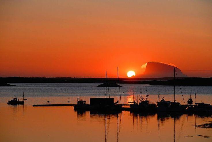 Hus i Dønna, Norge. Opplev storslått nordnorsk natur på en perle på Helgeland. Her kan du klatre i fjell, fisk&bade fra land eller båt i sjø og i vann.  Vi har bil, båt og sykler til utlåns, tom. to vennlige hunder som kan holde en med selskap :-)  Dette er hjemmet t...