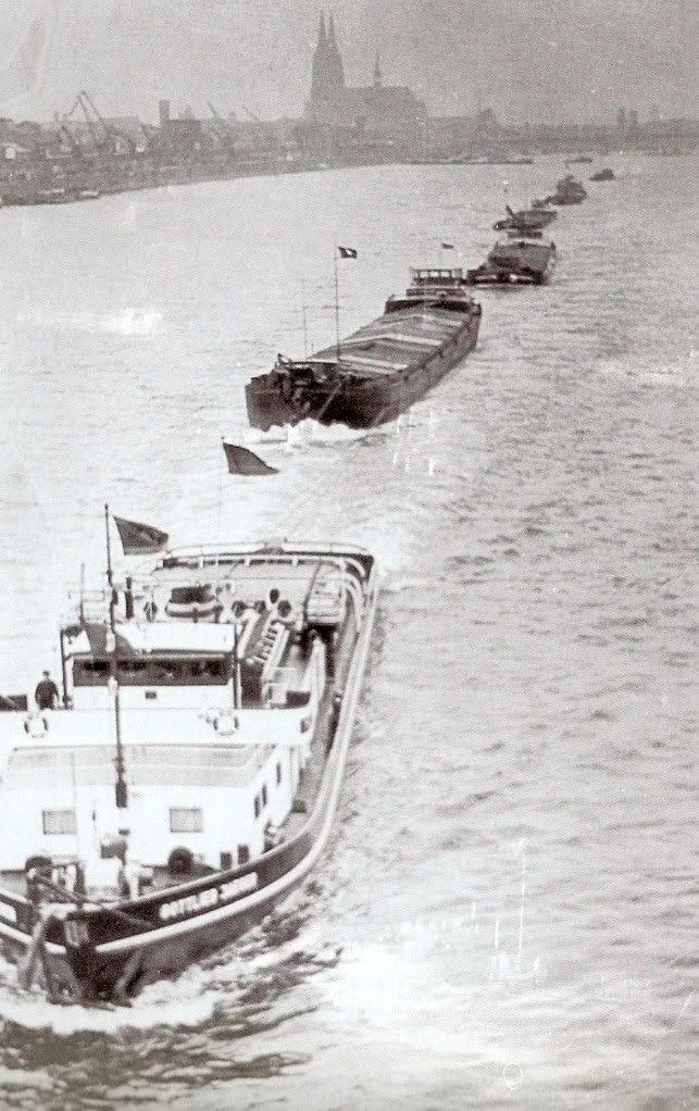 """GOTLIEB JAEGER"" geb. 1954 in Manheim door Schiffs-und Maschinenbau AG. afm.41,50x9,ox verm. 2x600 PK hier in de opvaart met 5 sleepschepen ..."