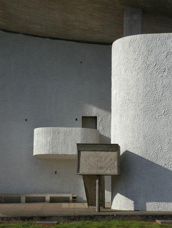 Púlpito en el espacio ceremonial exterior de Ronchamp. Foto: Claude05