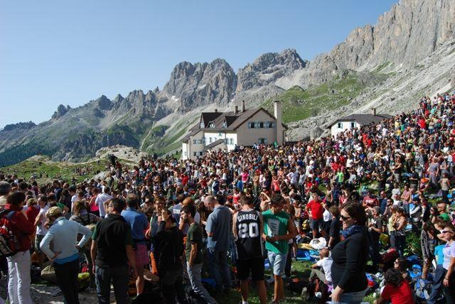 Le 7 note di Caposella e Psarantonis: l'alba delle Dolomiti a #isuoni13 Maggiori info: www.trentinowellnessblog.it