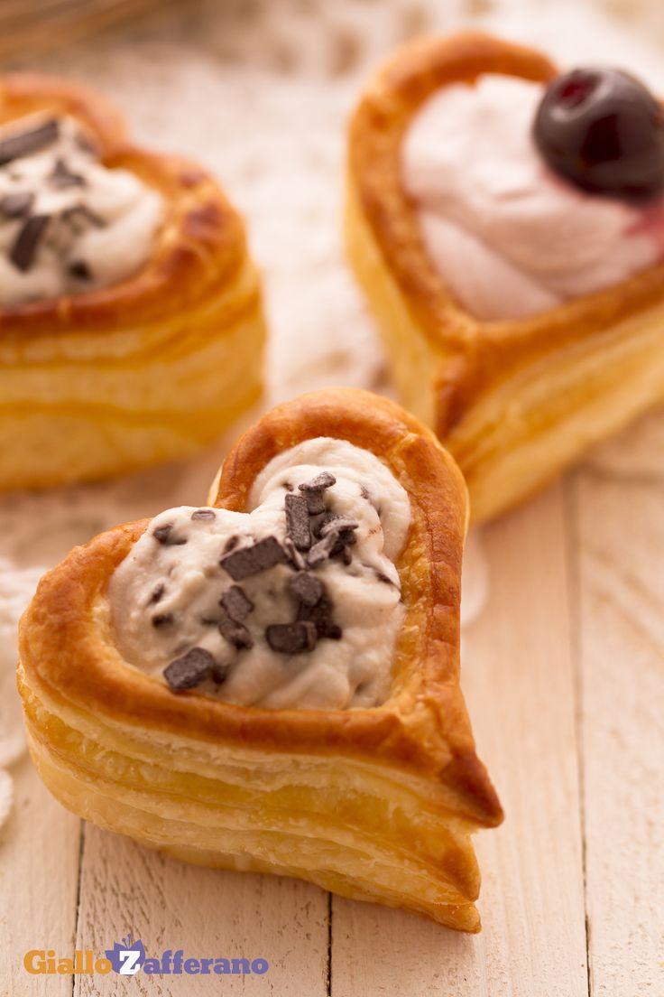 I cuori di sfoglia dolci (sweet puff pastry hearts) sono dei deliziosi vol-au-vent a forma di cuore farciti con due golosi ripieni; un'idea veloce e sfiziosa per #SanValentino! #ricetta #GialloZafferano #italianfood #italianrecipe #ValentinesDay http://speciali.giallozafferano.it/san-valentino