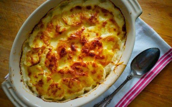Ένα πεντανόστιμο πιάτο με ένα αγαπημένο υλικό. Τη πατάτα…Την αγαπημένη μικρών και μεγάλων .    Υλικά συνταγής  600 γρ. γραβιέρα ή κασέρι ή τσένταρ ή άλλα κίτρινα τυριά που λιώνουν  1 κιλό πατάτες καθαρισμένες μισοβρασμένες  350 γρ. ζαμπόν σε χοντρές
