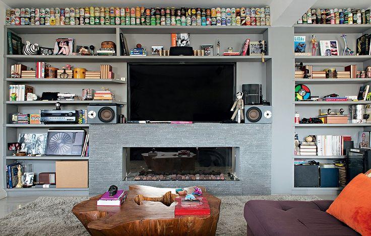 A coleção de lata de cervejas ocupa o nicho do alto da estante projetada pela designer de interiores Magda Marconi. Organizadas por cores, elas viraram objetos de decoração