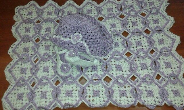 Cappellino scarpette e copertina fatte a mano all'uncinetto