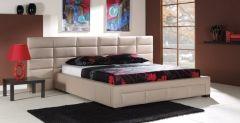 Łóżko Nike P o tapicerowane w jasną eko skórę, obok czarny stoliczek nocny.