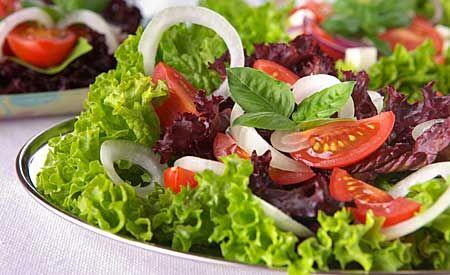 Anti-Krebs Lebensmittel Salat nach James A. Duke – folgende Zutaten (alle aus biologischem Anbau) enthalten: Knoblauch, Zwiebeln, rote Paprika, Tomaten, Rotklee, gekochte Rote Beete, frische Ringelblumen, Sellerie, Chicoree, Schnittlauch, Gurken, Kreuzkümmel, Erdnüsse, Portulak und Salbei. Dazu Dressing aus Leinöl, Nachtkerzenöl, Knoblauch, Rosmarin, einem Spritzer Zitronensaft und scharfen Pfefferschoten (Chili).