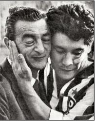 Omar Sivori carezza con tenerezza Renato Cesarini, il suo maestro, nel post Napoli-Juventus del 1960/61. Cesarini sedeva da pochi mesi sulla panchina napoletana dopo aver lasciato proprio quella juventina. La Juventus si avviava a vincere il 12° scudetto, il Napoli si giocava invece la permanenza in serie A. Si vociferava sulla possibilità che Sivori si potesse vendere la partita per salvare il suo maestro, ma Omar in campo rispose da fuoriclasse qual è stato siglando una tripletta.