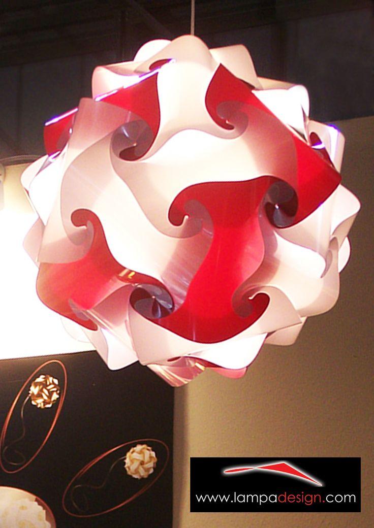 Lampadario FIOCCO colore Bianco e Rosso.  Lo trovi qui:  http://www.lampadesign.com/scheda.php?id=11 E' un lampadario moderno di design, un fiocco di luce  La sua forma leggera e soave crea meravigliosi giochi di luce  L'ideale per illuminare Ogni Ambiente, fino a 30 mq  Scegli i colori e te lo costruiremo come tu lo desideri !