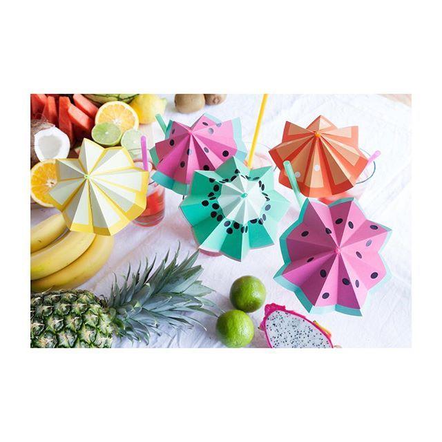 Brrr! Bis nächstes Jahr ihr Eisheiligen! Zeit sich nun wieder auf sommerliche Temperaturen und das nächste Balkon-BBQ vorzubereiten. Wie wär's mit meinen frechen Frucht-Schirmchen für den Begrüßungsdrink? Das DIY dazu gibt's auf der We Like Mondays Website! Foto @anne_deppe für WLKMNDYS #partydecor #fruits #papercrafts #cocktailparty #tuttifrutti