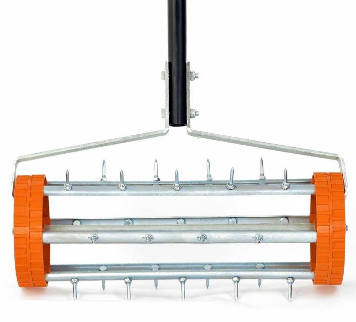 Ruční provzdušňovač trávníku (vertikutátor) FX-RL400 - zvyšuje přívod vody, dodá kořenům více kyslíku a trávník mnohem lépe dýchá. Zlepšuje vstřebávání živin a odstraní mech i zbytky v trávě. Šířka: 430mm, průměr 150mm.