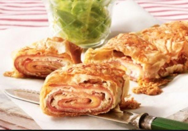 Een lekker brood maken hoeft niet moeilijk te zijn! Dat blijkt wel bij deze ham-kaasstrudel.