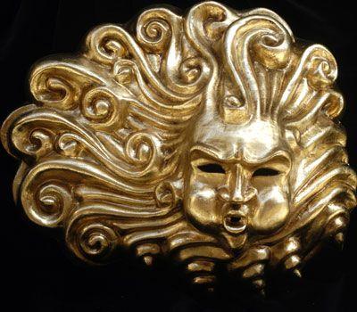 Eolo Oro - Maschera interamente realizzata a mano in cartapesta, dipinta a mano con colori acrilici e impreziosita da decori con foglia d'oro e stucco. Adatta per decoro e arredamento di interni.