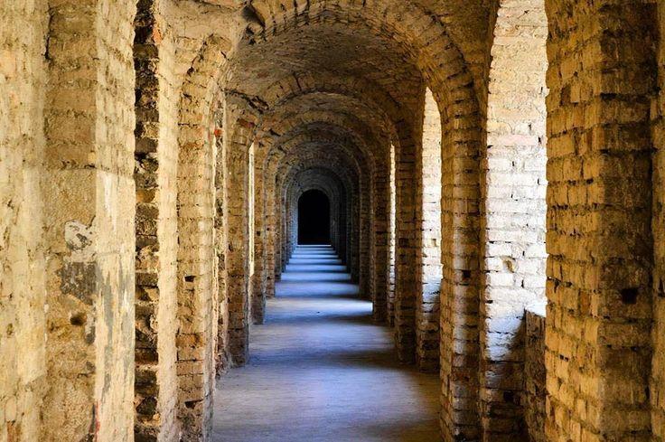Pevnosť v Komárne je určite miesto ktoré by ste mali navštíviť Protiturecká pevnosť v Komárne je pevnosť vystavaná v dvoch obdobiach. Na základoch staršieho hradu sa začala roku 1546 výstavba Starej pevnosti a roku 1658 začala výstavba Novej pevnosti. 31. mája 1963 bol súbor siedmich objektov starej a novej pevnosti vyhlásený za národnú kultúrnu pamiatku. Komárňanský pevnostný systém je zapísaný do predbežného zoznamu svetového dedičstva UNESCO pod názvom Systém opevnenia na sútoku riek…