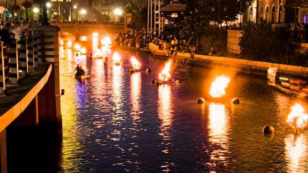 RHODE ISLAND: EXPERIENCE FIRE, WATER AND BEAUTY Fire and water meet in dramatic fashion in Providence. WaterFire is the event in which fire performers tend to roughly 100 large bonfires on platforms in the river, keeping them burning until late at night. There's no admission fee, but it's recommended to make a small donation.- Flickr.com / liz west