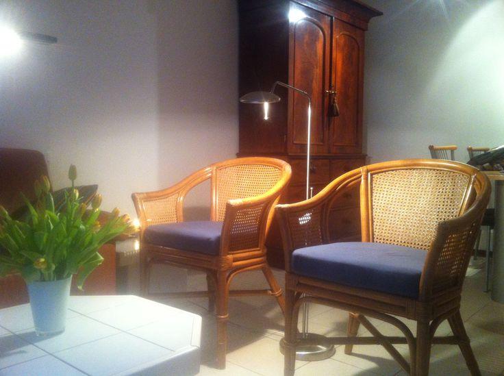Zithoek, detail 2.  De bank, salontafel en stoelen moeten nog vervangen worden.