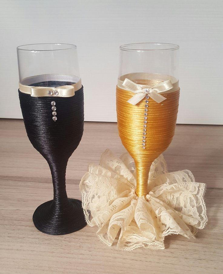 Taças de vidro decoradas. Podem ser usadas para brinde dos noivos, chá bar ou para presentear padrinhos.    Revestimento com fio de cetim e aplicação de fitas, strass ou pérolas.    Base da taça feminina pode ser decorada com Tule ou Marabu    OBS: Preço refere-se ao par.    *ATENÇÃO: Foto merame...