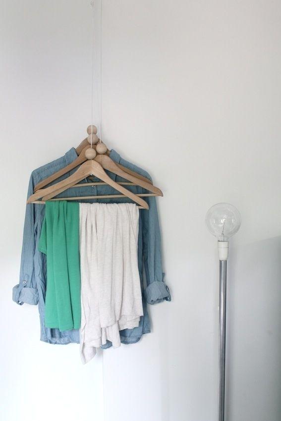 …applicando dei fili al soffitto a cui andrete ad appendere degli ometti.