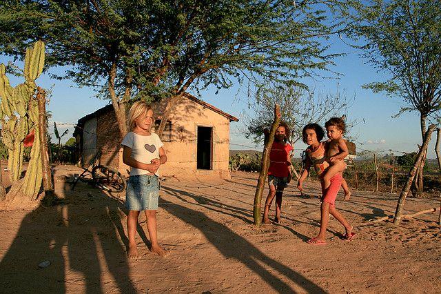Programas de redução da pobreza foram impulsionados por alta das commodities na última década. Foto: WikiCommons / Flickr / Maria Hsu