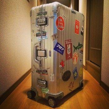 旅に出るたびに増えていくステッカー。空港でひと目でわかる上、スーツケースへの愛着もわいていきます。 シンプルなリモワは、ステッカーで「自分色」にできるのもいいですね。