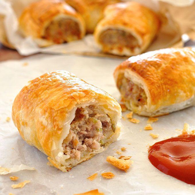秘密はベーコンで、この豚肉とフェンネルの スペシャルソーセージロール の格が一段上がります。更に玉葱とセロリをソテーしてから肉に混ぜる事で具に甘味が出て普通のソーセージロールより口当たりがソフトです。フェンネルを加える事で味が更に良くなります。豚肉とフェンネルは愛称が良い食材です。
