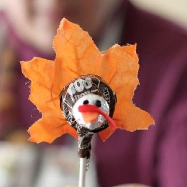 Turkey Tootsie Pop | 17 DIY Thanksgiving Crafts for Adults, see more at http://diyready.com/amazingly-falltastic-thanksgiving-crafts-for-adults