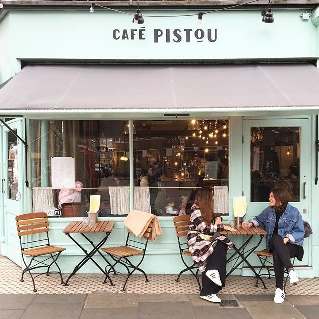 Stumbled across this charming café when attending photography course with these two happy campers ✨ Actually the whole Exmouth Market was such a nice area. A lovely little street with overhanging light bulbs, small independent shops and with each coffee shop being cosier than the other. This must be such a perfect spot on a sunny summer evening ✨