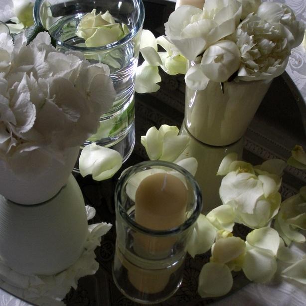 Centrotavola raffinato per un allestimento in bianco #whitecandles #rosebianche