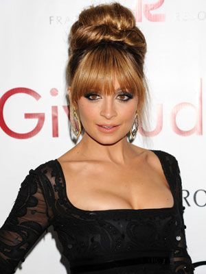 Love Nicole Ritchie color choice here, this warm medium brown tone really accentuates her naturally warm carmel colored skin tone. This suits her much better than her famous bleach blonde.