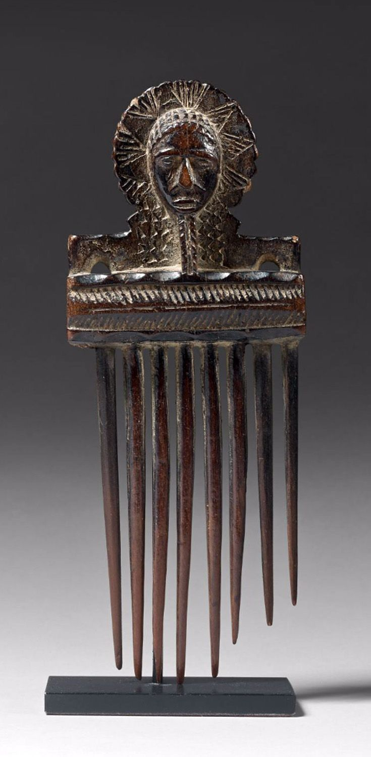 Africa | Comb from the Baule people of the Ivory Coast; wood, dark brown patina.  H:  17,6 cm