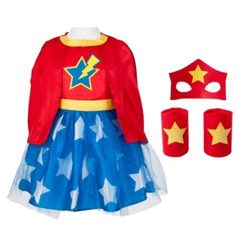 Ce déguisement de Flash girl transforme la petite fille en super héroïne. Elle met sa robe, ses bracelets de super pouvoirs aux poignets, son masque sur ses yeux et pose sa cape sur ses épaules. Avec ce déguisement de ce super héros, l'enfant développe son imagination en s'inventant des aventures incroyables, rien ne l'arrête.