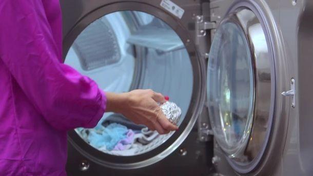 Если вы бросите шарик из алюминиевой фольги в барабан стиральной машины, вещи больше не будутэлектризоваться.  Алюминий может немногоиспортить запах одежды, но положительной стороной будет то, что вас не ударит током свитер и юбка больше не будет