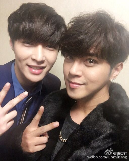"""Lay - 151231 Singer Show Luo's weibo update: """"我跟藝興祝大家新年快樂喔 1月15號記得收看極限挑戰大電影喔!"""" Translation: Yixing and I wish everyone a Happy New Year! January 15th - don't forget to watch the Go Fighting Credit: 羅志祥."""