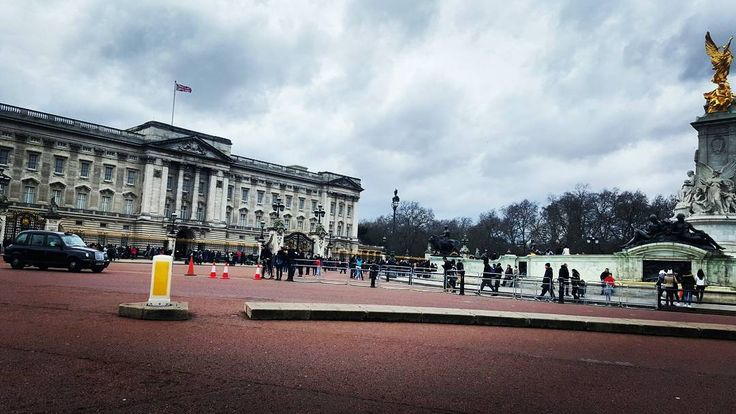 Букингемский дворец является лондонской резиденцией королевы. Когда королева находится во дворце над ним развивается королевский флаг. Напротив дворца расположен памятник королеве Виктории. Ежедневно в летний сезон и через день в зимний  в 11:30 можно наблюдать красочную смену караула. А так же есть экскурсии непосредственно в сам дворец) #лондон #путешествие #прогулки#дворец #букенгемскийдворец #англия #великобритания  #королева #русскиевлондоне #london #traveling #palace #walk…