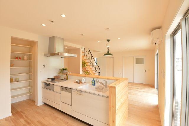 キッチンまわりに家事動線がすべて集中。大きな食品庫もとても便利です。