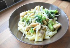 Pasta pesto met kip, broccoli en kastanje champignons http://www.beautylab.nl/pasta-pesto-met-kip-broccoli-en-kastanje-champignons/