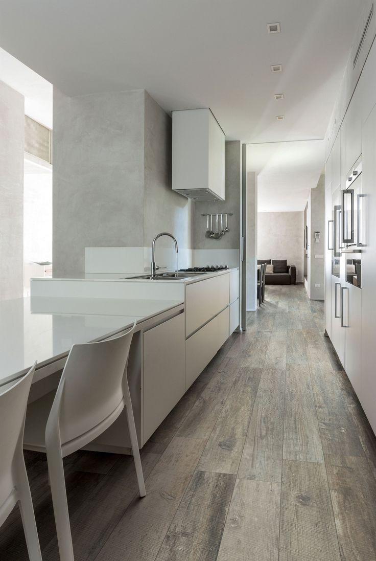 Moderne Hightech Küche trifft auf Designerfliesen in Holzoptik. Unfassbar gut.